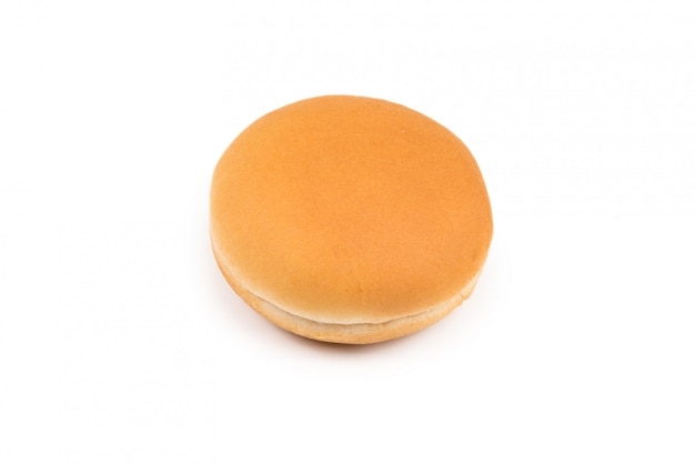 Pan de hamburguesa aislado sobre fondo blanco.
