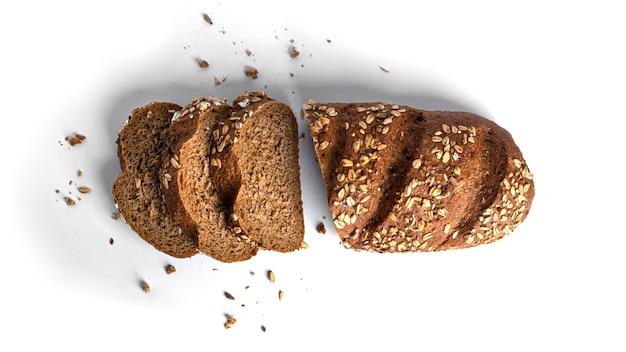 Pan de harina de centeno con cereales aislado