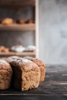 Pan con harina en la mesa de madera oscura