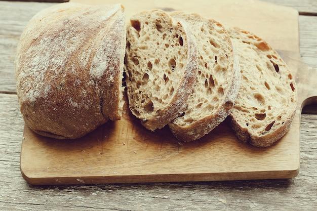 Pan horneado en una mesa