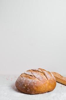 Pan horneado redondo con fondo blanco del espacio de la copia