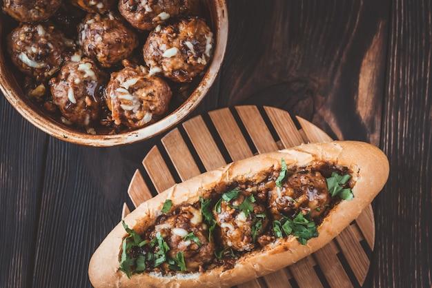 Pan de hot dog relleno de albóndigas