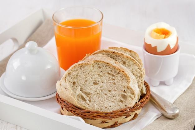 Pan con huevo duro y zumo de naranja natural.