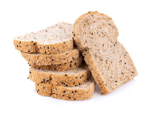Pan integral aislado sobre fondo blanco.