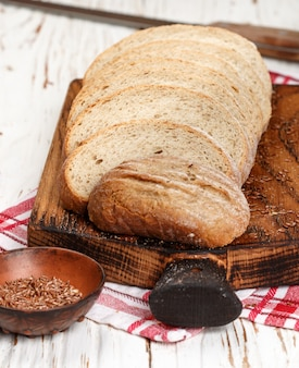 Pan integral casero recién horneado