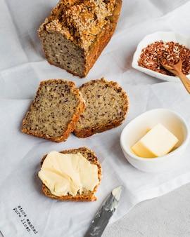 Pan integral sin gluten con semillas de lino girasol semillas de chia sésamo con mantequilla