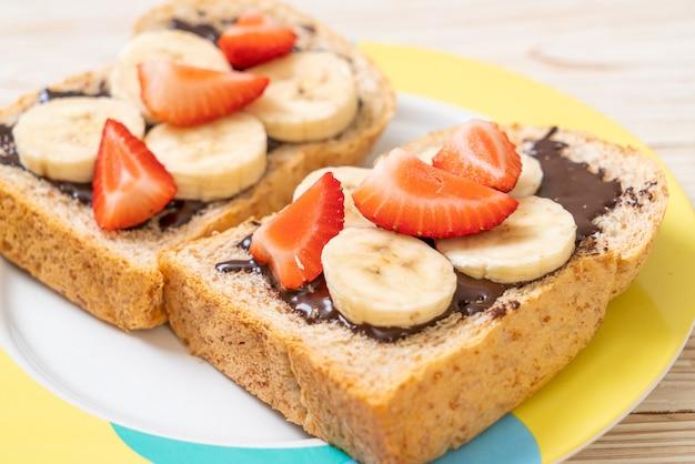 Pan integral con plátano fresco, fresa y chocolate