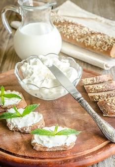 Pan integral con queso crema
