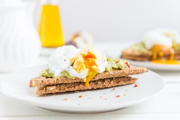 Pan integral tostado y huevo escalfado con puré de aguacate y ch