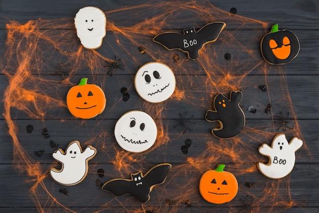 Pan de jengibre con efectos de araña y arañas decorativas