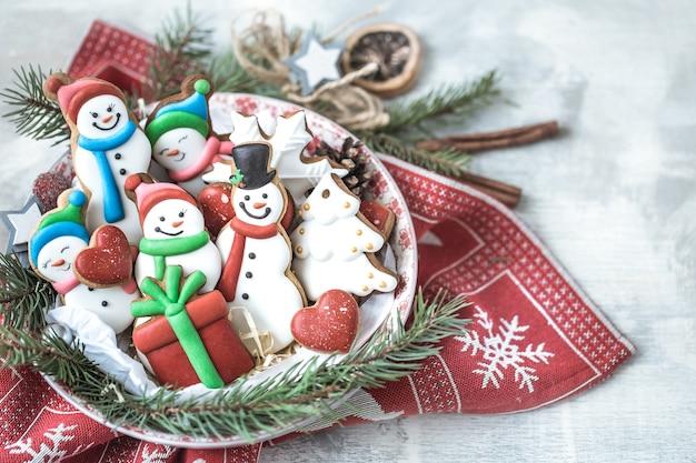 Pan de jengibre festivo de año nuevo en un plato con decoración.