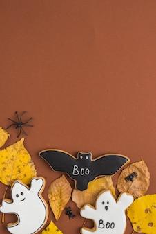 Pan de jengibre de halloween colocado en hojas