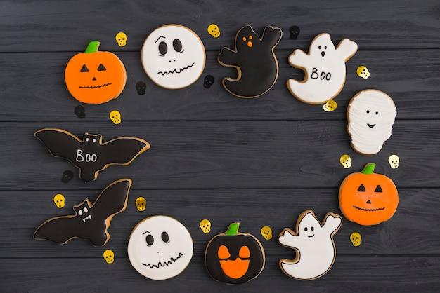 Pan de jengibre de halloween y cráneos de decoración dispuestos en círculo