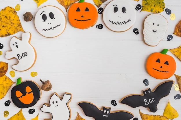 Pan de jengibre de halloween, decoración de cráneos y follaje