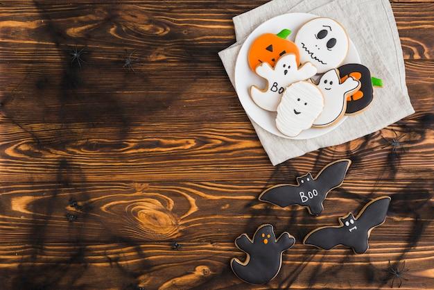 Pan de jengibre de halloween en plato con efectos de niebla