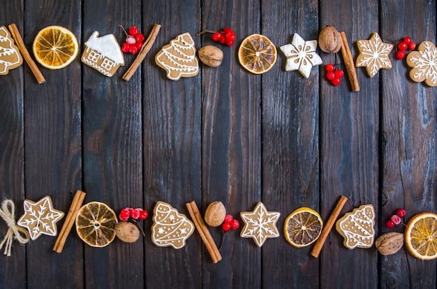 Pan de jengibre de navidad de diferentes tipos sobre un fondo de madera blanco y negro
