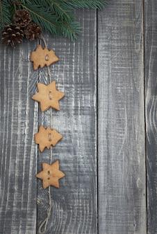 Pan de jengibre de navidad en la madera