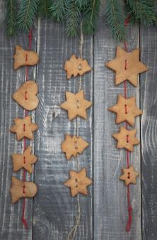 Pan de jengibre navideño colgando del cordel