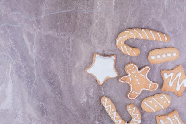 Pan de jengibre navideño en diferentes formas sobre la superficie de piedra