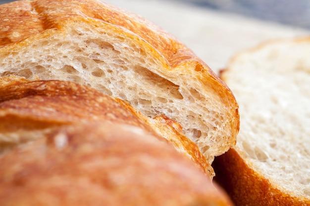 Pan largo de sabor fresco con una corteza crujiente y carne fresca y suave, comida