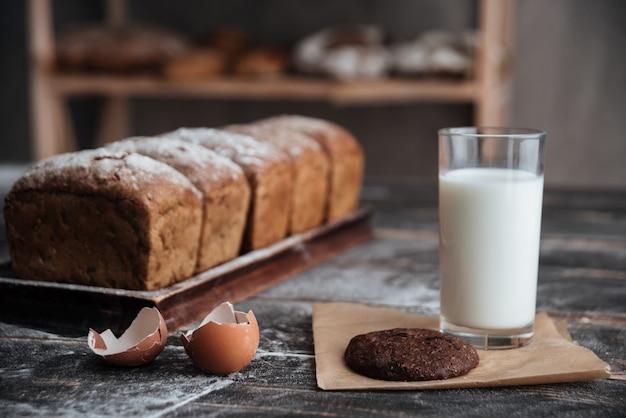 Pan con leche y galleta cerca de huevos