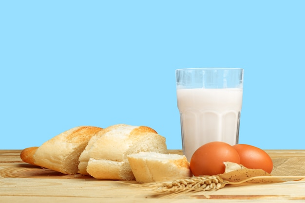Pan y leche en la mesa.