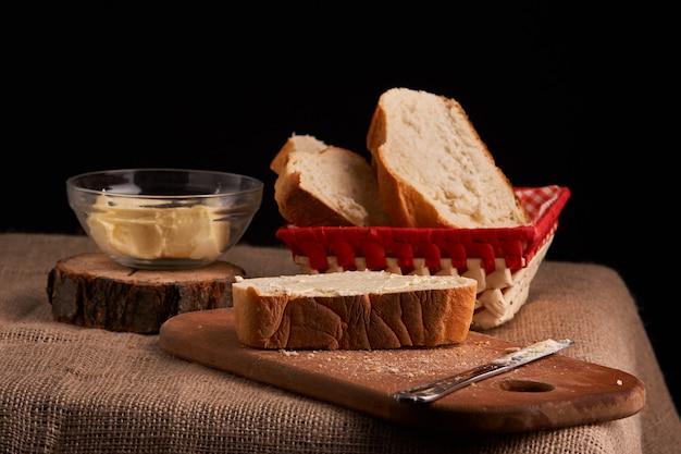 Pan con mantequilla. concepto de comida casera.