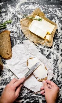 Pan con mantequilla sobre una tabla con harina.