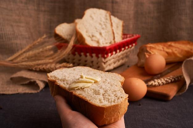 Pan con mantequilla. t de comida casera. de cerca