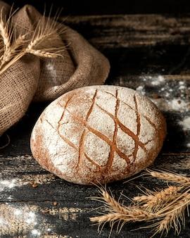 Pan de masa fermentada en la mesa