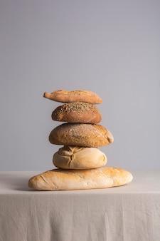 Pan de masa madre recién horneado sobre una mesa cubierta con un mantel