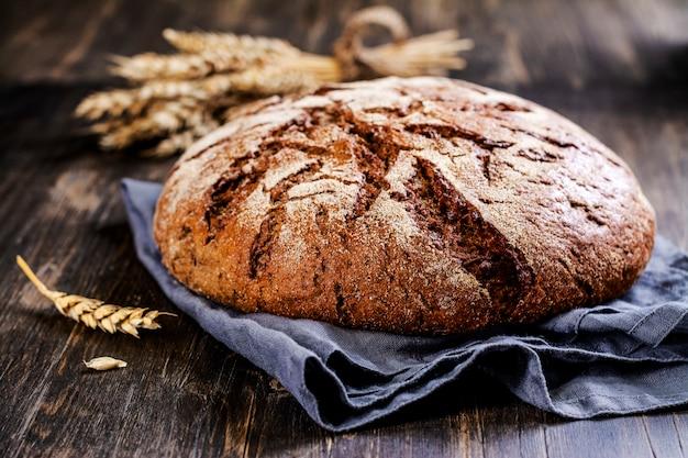 Pan de masa madre redondo fresco