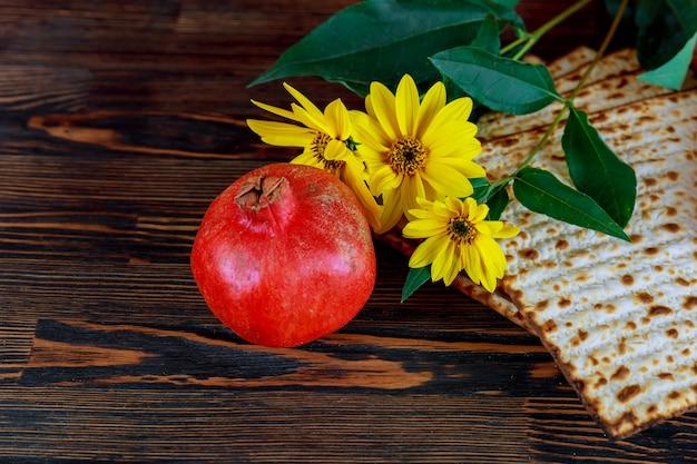 Pan de matza para celebración de pascua en plato.