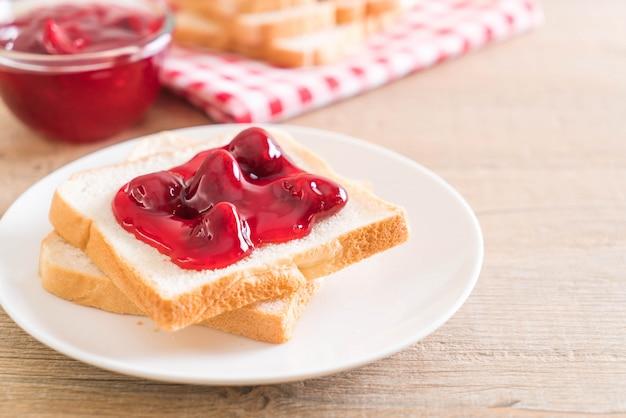 Pan con mermelada de fresa