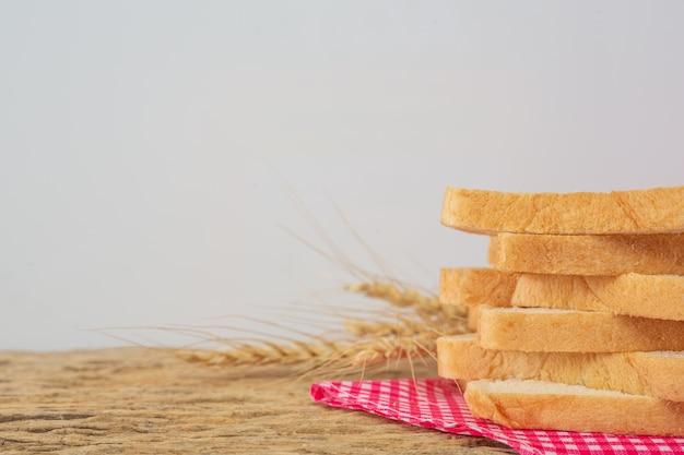 Pan en una mesa de madera en un piso de madera viejo.
