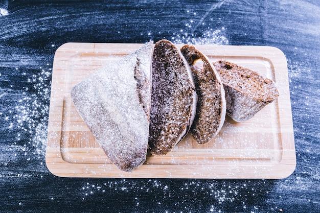 Pan negro entero en primer plano de la mesa de madera