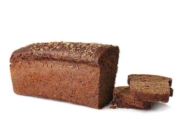 Pan negro y rebanadas sobre fondo blanco.