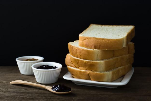 Pan negro sobre madera