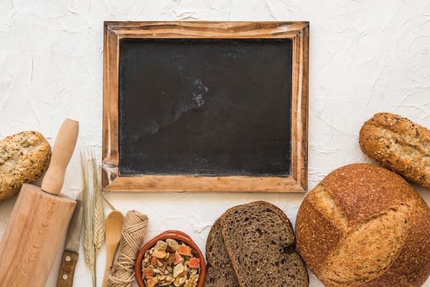 Pan y nueces cerca de utensilios y pizarra