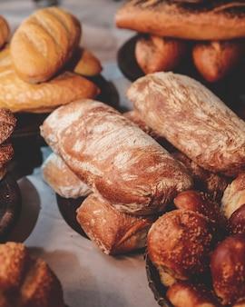 Pan y pan recién horneados