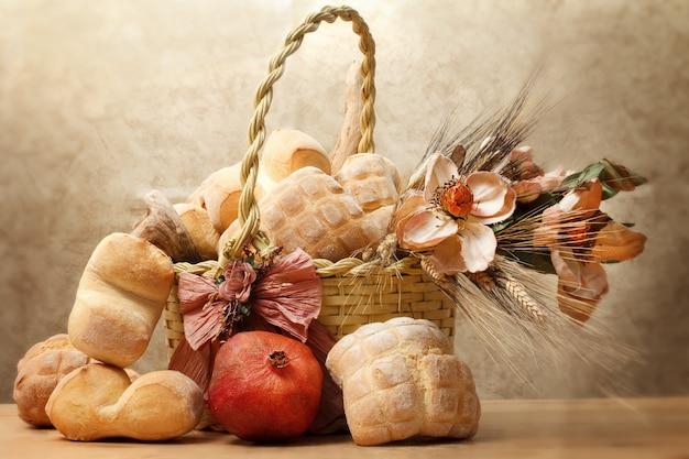 Pan y pan redondo dentro de la cesta