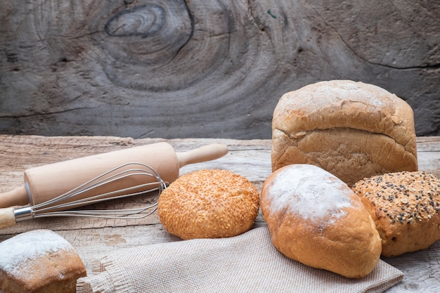 Pan de panadería en una mesa de madera.