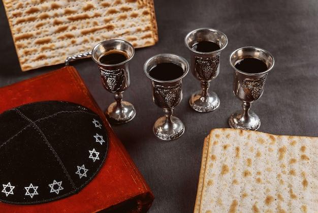 Pan de pascua judía matzoh en el tradicional plato de séder con kipah