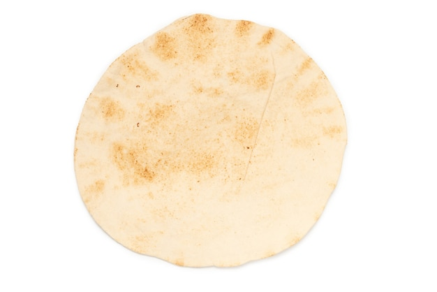 Pan de pita a la parrilla aislado sobre superficie blanca