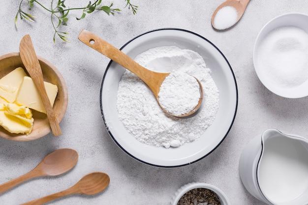 Pan plano para hornear con harina y productos lácteos