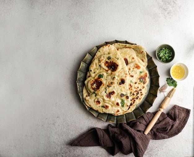 Pan plano indio de ajo naan, típico en asia occidental, asia meridional, myanmar y el caribe