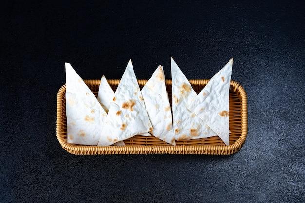 Pan plano sin levadura indio con levadura casera en la cesta