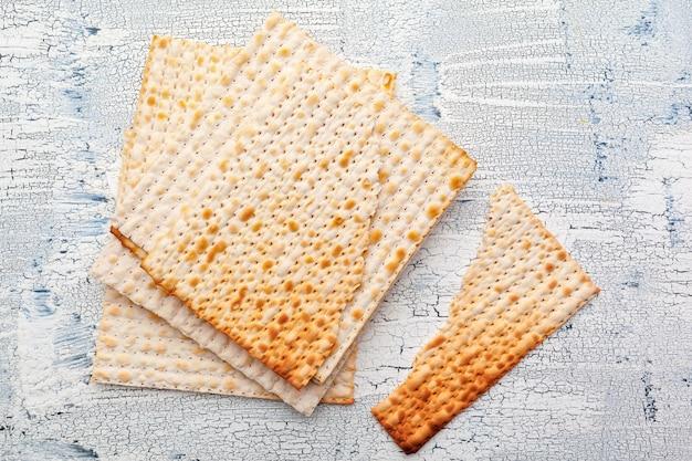 Pan plano de matzo para celebraciones festivas judías en la mesa