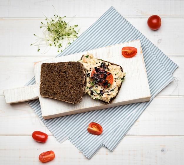 Pan plano tostado con verduras, pasta y tomates