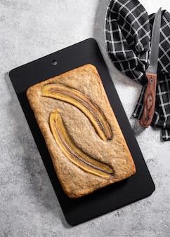Pan de plátano en un fondo concreto ligero.